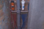 разводка воды трубами из шитого полиэтилена и латунными фитингами фирмы FADO